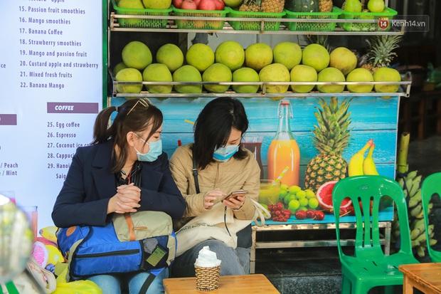 Hiệu thuốc ở Hà Nội cháy hàng khẩu trang y tế, người dân đi uống cafe cũng bịt mặt kín mít vì lo sợ virus Corona - Ảnh 6.