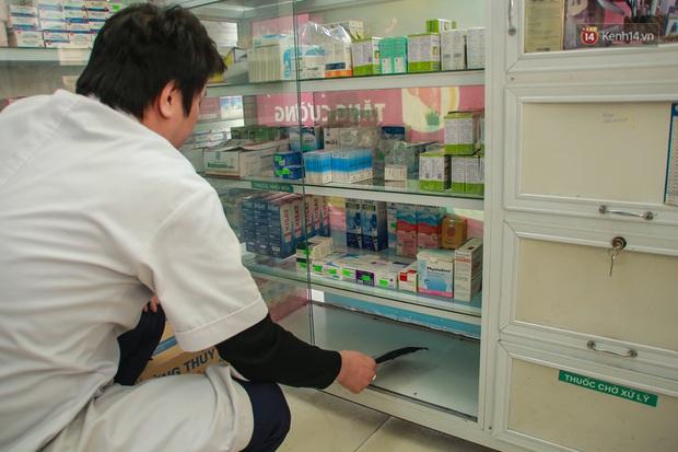 Hiệu thuốc ở Hà Nội cháy hàng khẩu trang y tế, người dân đi uống cafe cũng bịt mặt kín mít vì lo sợ virus Corona - Ảnh 4.