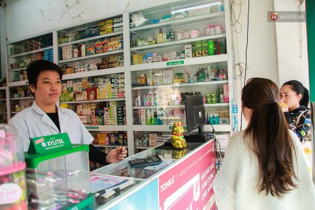 Hiệu thuốc ở Hà Nội cháy hàng khẩu trang y tế, người dân đi uống cafe cũng bịt mặt kín mít vì lo sợ virus Corona - Ảnh 2.