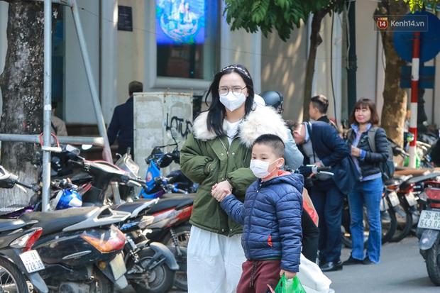 Hiệu thuốc ở Hà Nội cháy hàng khẩu trang y tế, người dân đi uống cafe cũng bịt mặt kín mít vì lo sợ virus Corona - Ảnh 1.