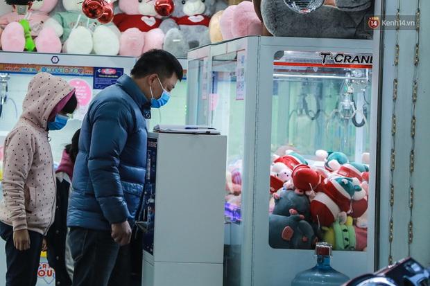 Hiệu thuốc ở Hà Nội cháy hàng khẩu trang y tế, người dân đi uống cafe cũng bịt mặt kín mít vì lo sợ virus Corona - Ảnh 8.