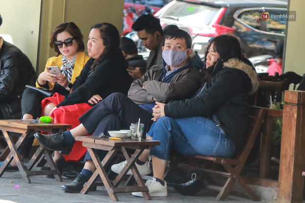 Hiệu thuốc ở Hà Nội cháy hàng khẩu trang y tế, người dân đi uống cafe cũng bịt mặt kín mít vì lo sợ virus Corona - Ảnh 5.