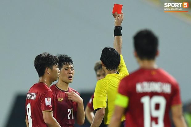 Đình Trọng phải nhận thẻ đỏ trong trận gặp U23 CHDCND Triều Tiên tại vòng bảng U23 châu Á 2020. Ảnh: Tiến Tuấn.