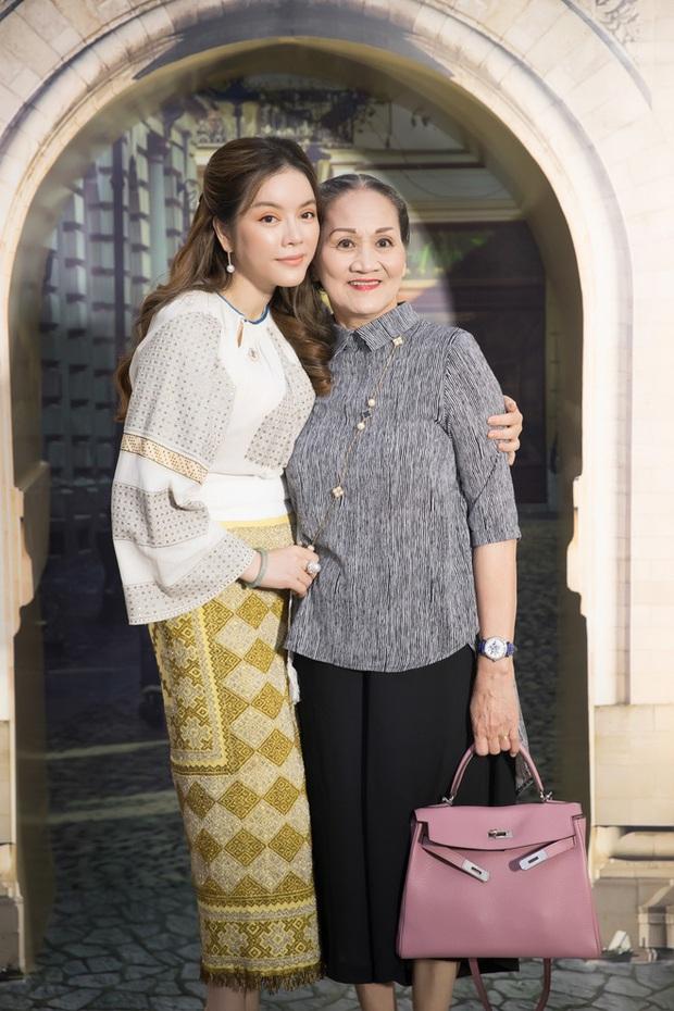 Ngưỡng mộ cách Sao Việt báo hiếu bố mẹ: Quốc Trường, Thủy Tiên tặng nhà tiền tỷ, Lý Nhã Kỳ đưa mẹ vi vu khắp thế giới - Ảnh 3.