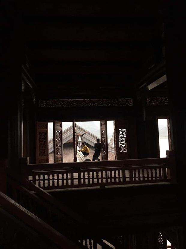 Clip cặp đôi thản nhiên trèo lên hẳn... mái chùa Tam Chúc để chụp ảnh khiến nhiều người ngán ngẩm - Ảnh 4.