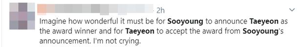 Chị chị em em SNSD tái ngộ gây bão SMA: Taeyeon nhận giải từ Sooyoung, hết ôm ấp lại tặng hoa cho nhau khiến fan ấm lòng - Ảnh 8.