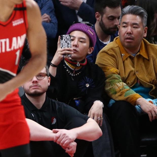 Gây bão ở Mỹ khi đi xem NBA, G-Dragon lại bị soi gương mặt khác đến mức khiến Knet thắc mắc: Chuyện gì xảy ra vậy? - Ảnh 4.
