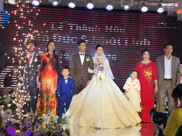 Văn Đức trao nhẫn cưới cho Nhật Linh, khép lại đám cưới nhanh như chớp - Ảnh 9.