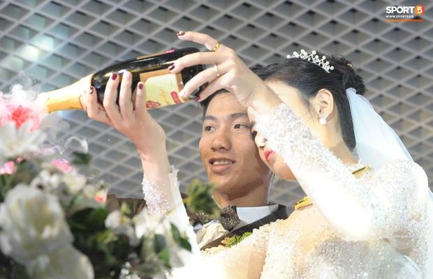 Văn Đức trao nhẫn cưới cho Nhật Linh, khép lại đám cưới nhanh như chớp - Ảnh 4.