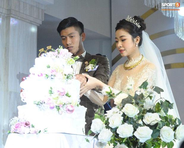 Văn Đức trao nhẫn cưới cho Nhật Linh, khép lại đám cưới nhanh như chớp - Ảnh 5.