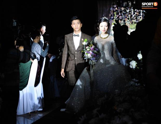 Văn Đức trao nhẫn cưới cho Nhật Linh, khép lại đám cưới nhanh như chớp - Ảnh 7.