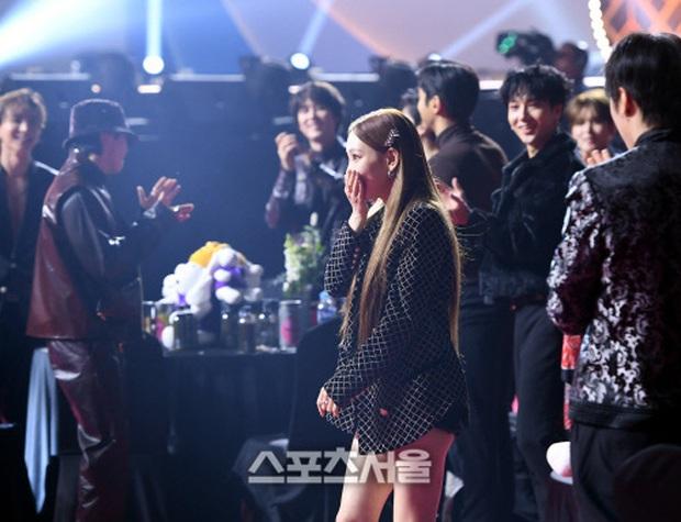 Khoảnh khắc Taeyeon thì thầm với Eunhyuk, gọi Ha Sung Woon đến gần tại SMA 2020 hé lộ nhân cách thật của thủ lĩnh SNSD - Ảnh 4.
