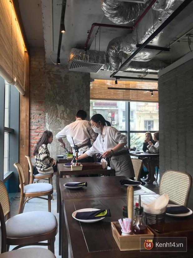 Ở nhiều hàng quán như Pizza 4Ps hay Starbucks, nhân viên đã đeo khẩu trang trong khi phục vụ để phòng tránh lây nhiễm virus corona - Ảnh 1.