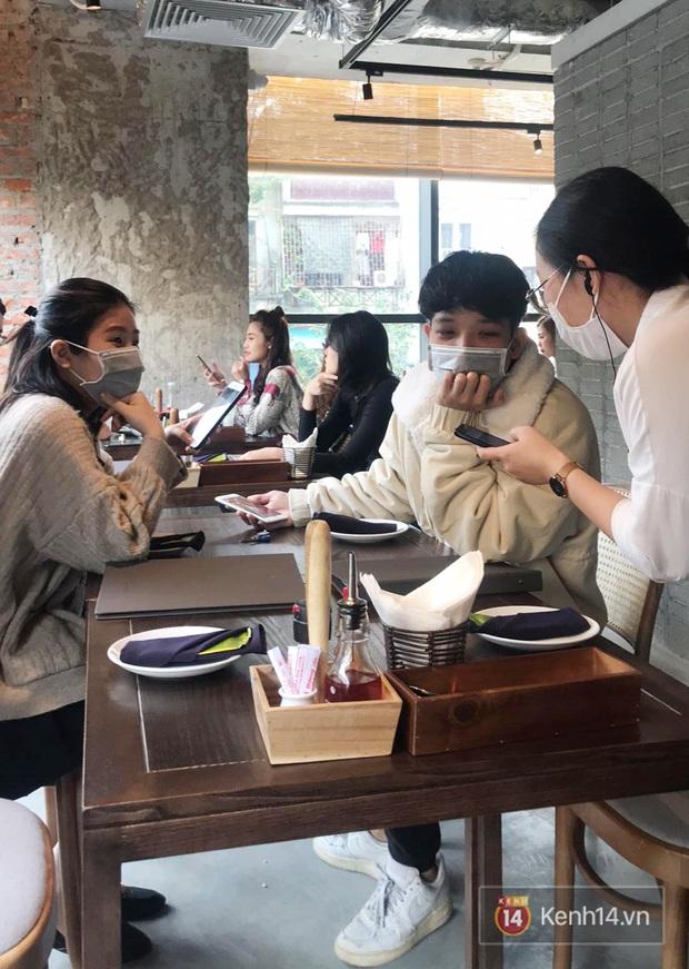 Ở nhiều hàng quán như Pizza 4Ps hay Starbucks, nhân viên đã đeo khẩu trang trong khi phục vụ để phòng tránh lây nhiễm virus corona - Ảnh 2.