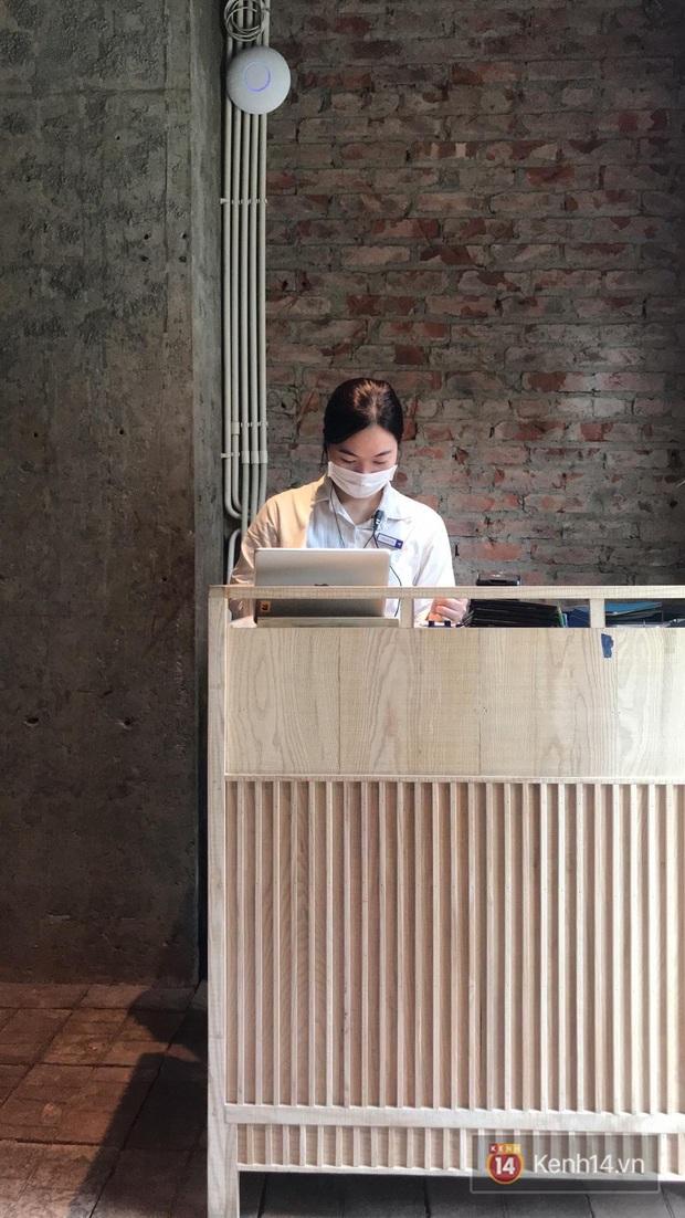 Ở nhiều hàng quán như Pizza 4Ps hay Starbucks, nhân viên đã đeo khẩu trang trong khi phục vụ để phòng tránh lây nhiễm virus corona - Ảnh 4.