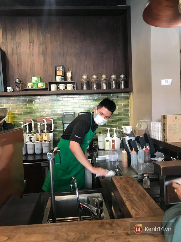 Ở nhiều hàng quán như Pizza 4Ps hay Starbucks, nhân viên đã đeo khẩu trang trong khi phục vụ để phòng tránh lây nhiễm virus corona - Ảnh 5.