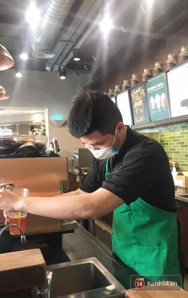 Ở nhiều hàng quán như Pizza 4Ps hay Starbucks, nhân viên đã đeo khẩu trang trong khi phục vụ để phòng tránh lây nhiễm virus corona - Ảnh 6.