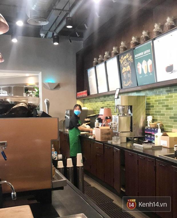 Ở nhiều hàng quán như Pizza 4Ps hay Starbucks, nhân viên đã đeo khẩu trang trong khi phục vụ để phòng tránh lây nhiễm virus corona - Ảnh 7.