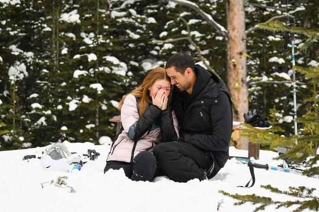 Không nến, không hoa hồng, ái nữ của tỷ phú Bill Gates được bạn trai cầu hôn giản dị giữa trời tuyết trắng xóa khiến bao cô gái phải ngưỡng mộ - Ảnh 1.