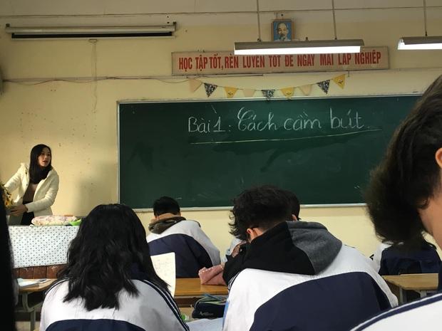 Cập nhật tình hình các lớp học ngày đầu năm mới: Học cách cầm bút, tám chuyện cùng hội bạn thân và muôn kiểu lì xì cực bá đạo của thầy cô - Ảnh 1.