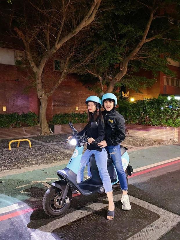 Đông Nhi - Ông Cao Thắng đúng chuẩn cặp đôi xì tin nhất Vbiz: U35 mà vẫn nhí nhố lái xe máy du xuân ở nước ngoài - Ảnh 1.
