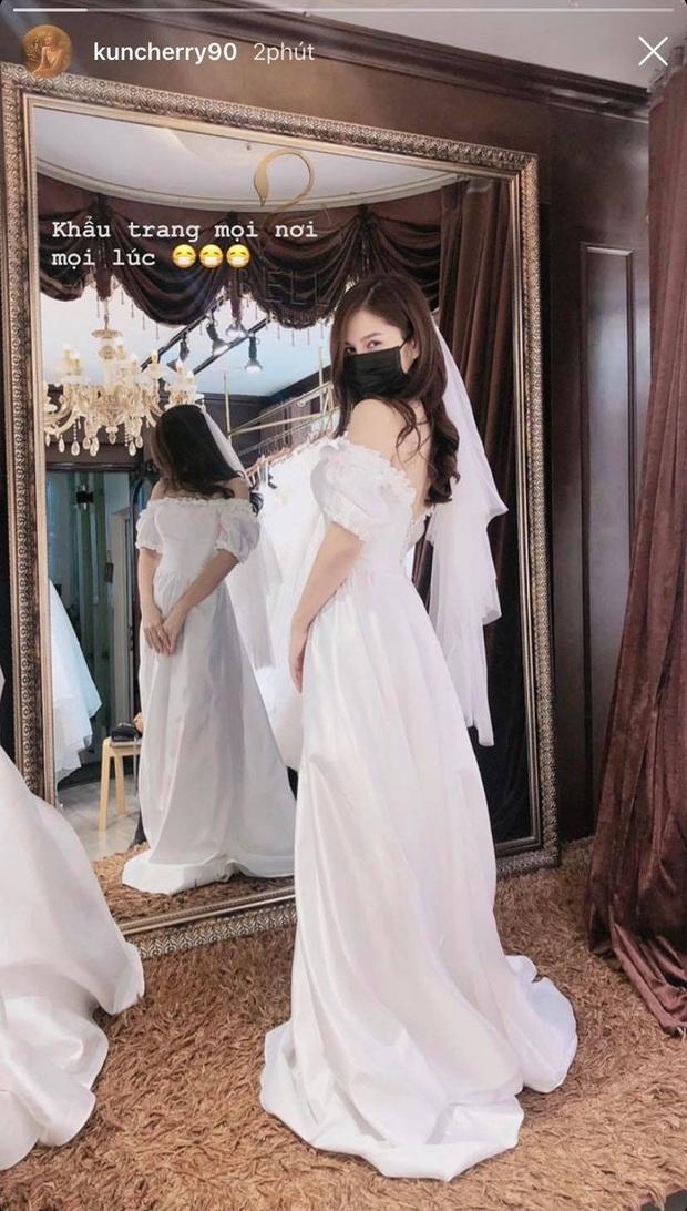 MC Thu Hoài bất ngờ khoe ảnh thử váy cưới nhưng điều khiến dân tình chú ý hơn cả lại là chiếc khẩu trang kín mít trên mặt - Ảnh 2.