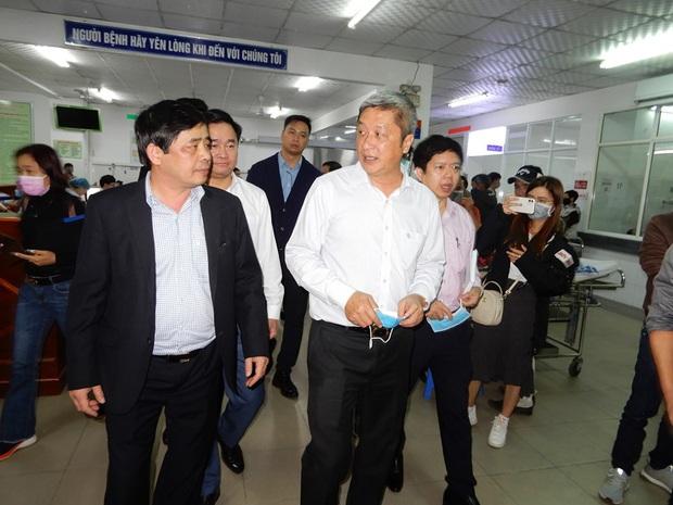 Thứ trưởng Bộ Y tế kiểm tra khu cách ly virus Corona tại BV Đà Nẵng ngay trong đêm - Ảnh 1.
