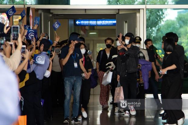 WINNER đến Việt Nam giữa đại dịch cúm Corona: Bịt kỹ bí thở, đặt chân xuống sân bay Sài Gòn vẫn kín mít vì fan quá đông - Ảnh 1.