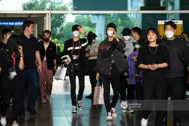 WINNER đến Việt Nam giữa đại dịch cúm Corona: Bịt kỹ bí thở, đặt chân xuống sân bay Sài Gòn vẫn kín mít vì fan quá đông - Ảnh 2.