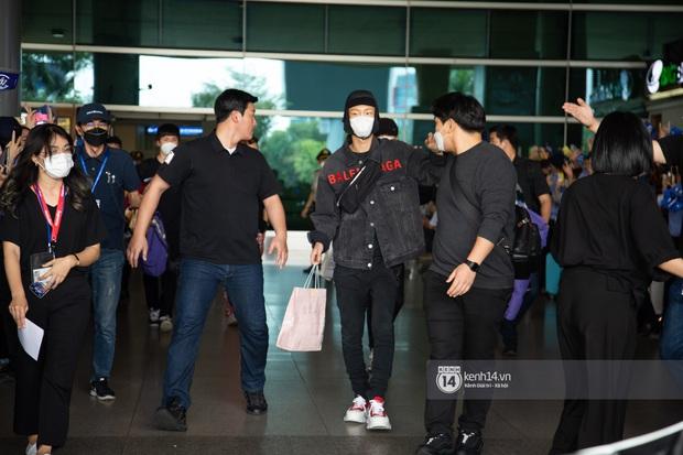 WINNER đến Việt Nam giữa đại dịch cúm Corona: Bịt kỹ bí thở, đặt chân xuống sân bay Sài Gòn vẫn kín mít vì fan quá đông - Ảnh 3.