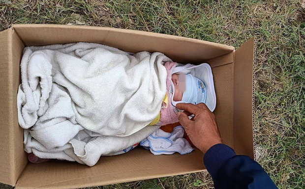 Sáng sớm mở cửa nhà thì phát hiện bé gái sơ sinh bị bỏ rơi - Ảnh 1.
