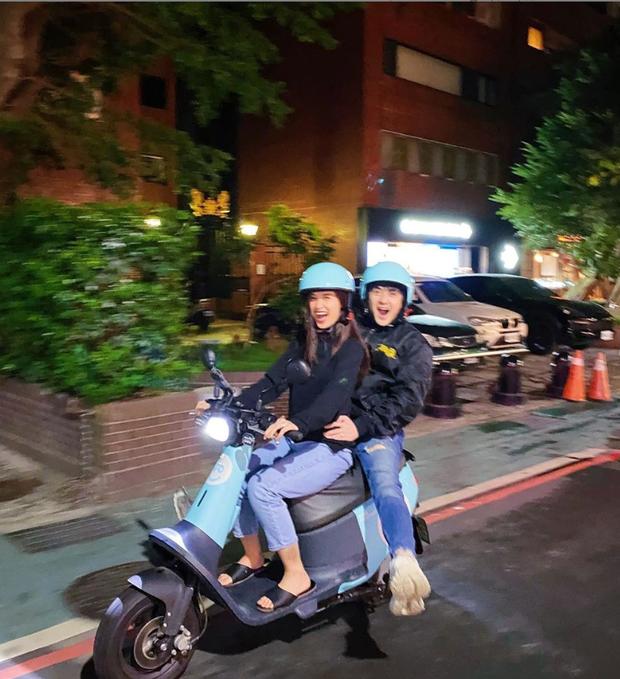 Đông Nhi - Ông Cao Thắng đúng chuẩn cặp đôi xì tin nhất Vbiz: U35 mà vẫn nhí nhố lái xe máy du xuân ở nước ngoài - Ảnh 2.