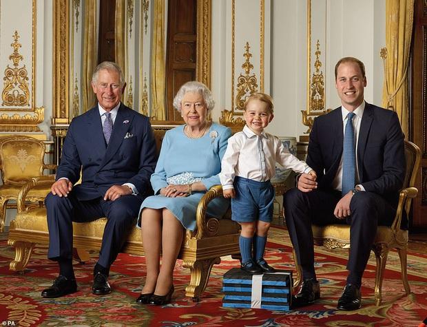 Hoàng gia Anh đánh dấu thập kỷ mới bằng bức ảnh chụp Nữ hoàng cùng với 3 người thừa kế, Hoàng tử Geogre lại là gương mặt được chú ý nhất - Ảnh 2.