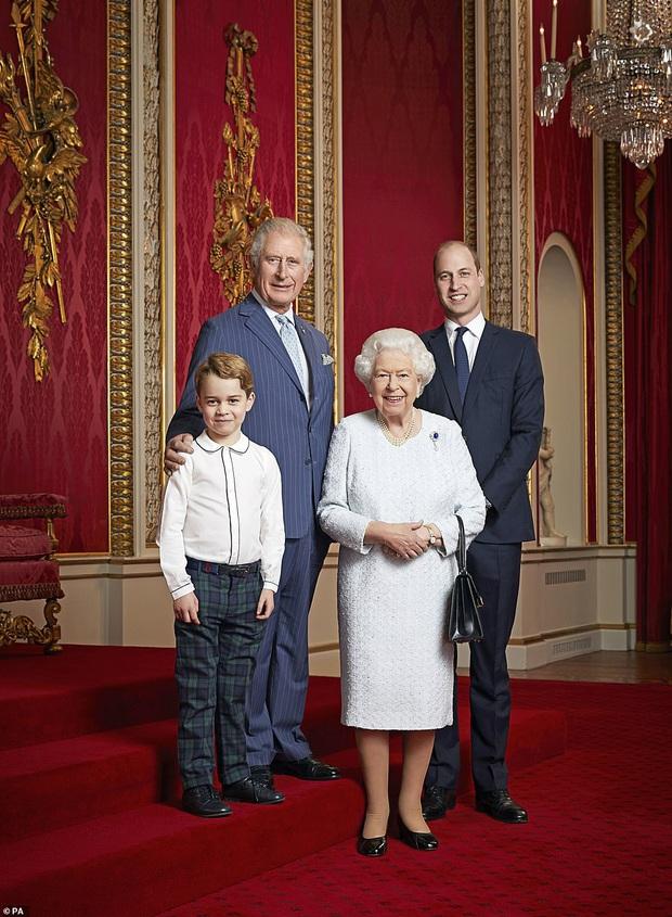 Hoàng gia Anh đánh dấu thập kỷ mới bằng bức ảnh chụp Nữ hoàng cùng với 3 người thừa kế, Hoàng tử Geogre lại là gương mặt được chú ý nhất - Ảnh 1.