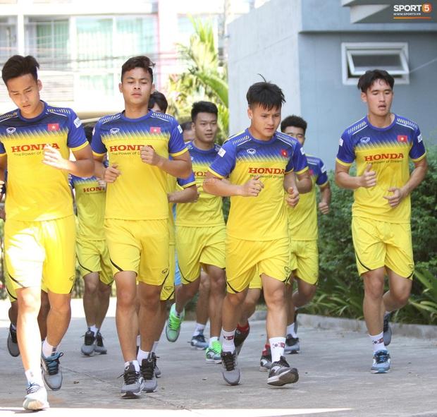 Thầy Park vã mồ hôi, thở không ra hơi khi tập chạy cùng cầu thủ U23 Việt Nam - Ảnh 9.