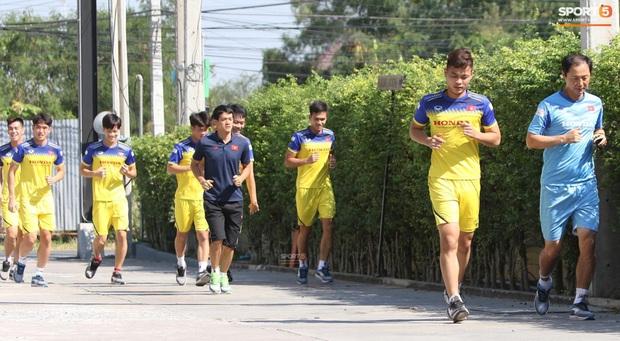Thầy Park vã mồ hôi, thở không ra hơi khi tập chạy cùng cầu thủ U23 Việt Nam - Ảnh 8.