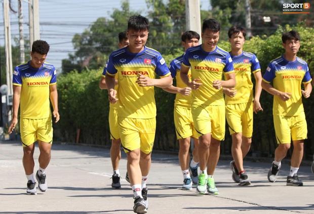 Thầy Park vã mồ hôi, thở không ra hơi khi tập chạy cùng cầu thủ U23 Việt Nam - Ảnh 2.