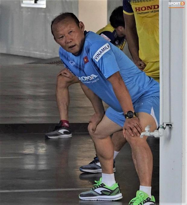 Thầy Park vã mồ hôi, thở không ra hơi khi tập chạy cùng cầu thủ U23 Việt Nam - Ảnh 5.