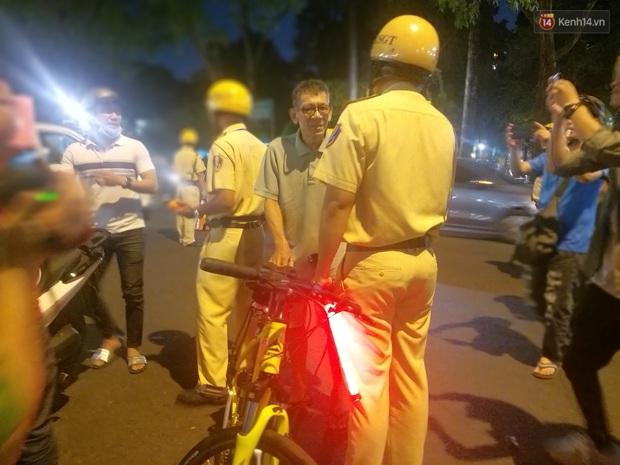 Người đi xe đạp bối rối vì bị kiểm tra nồng độ cồn, người đi xe máy uống 2 lon bia bị phạt 4,5 triệu: Xe tôi mua 5 triệu, chắc bỏ luôn - Ảnh 3.