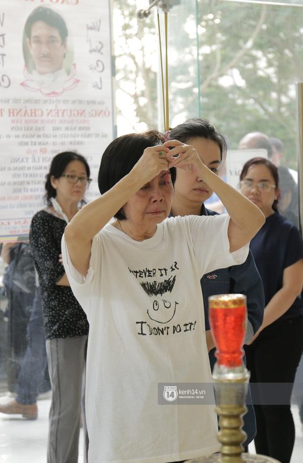 MC Quyền Linh và bạn bè đồng nghiệp có mặt từ sớm tiễn biệt cố nghệ sĩ Nguyễn Chánh Tín - Ảnh 7.