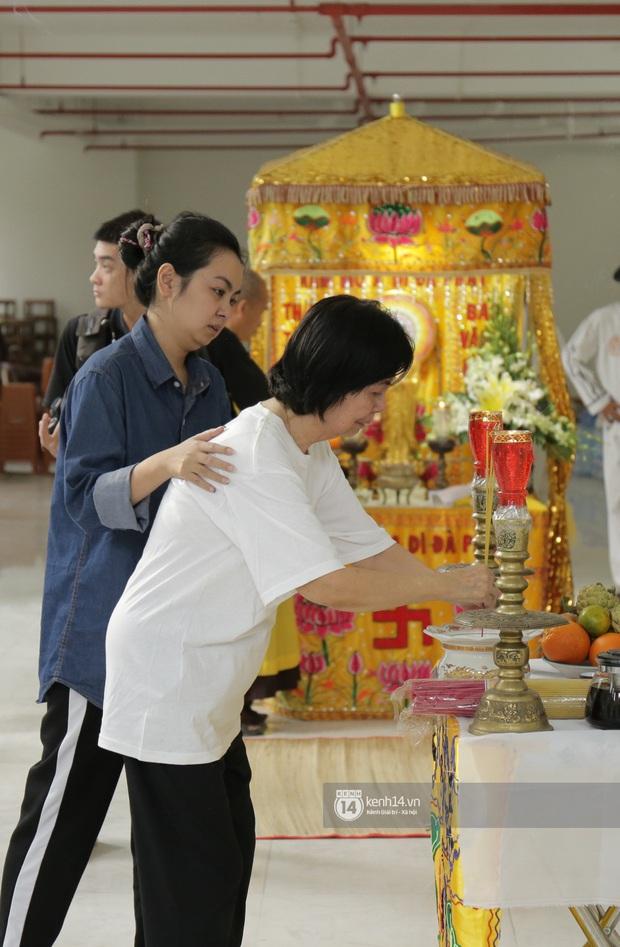 MC Quyền Linh và bạn bè đồng nghiệp có mặt từ sớm tiễn biệt cố nghệ sĩ Nguyễn Chánh Tín - Ảnh 6.