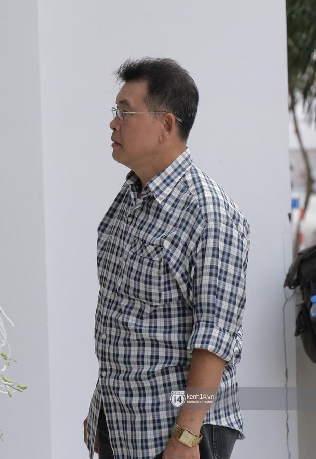 MC Quyền Linh và bạn bè đồng nghiệp có mặt từ sớm tiễn biệt cố nghệ sĩ Nguyễn Chánh Tín - Ảnh 5.