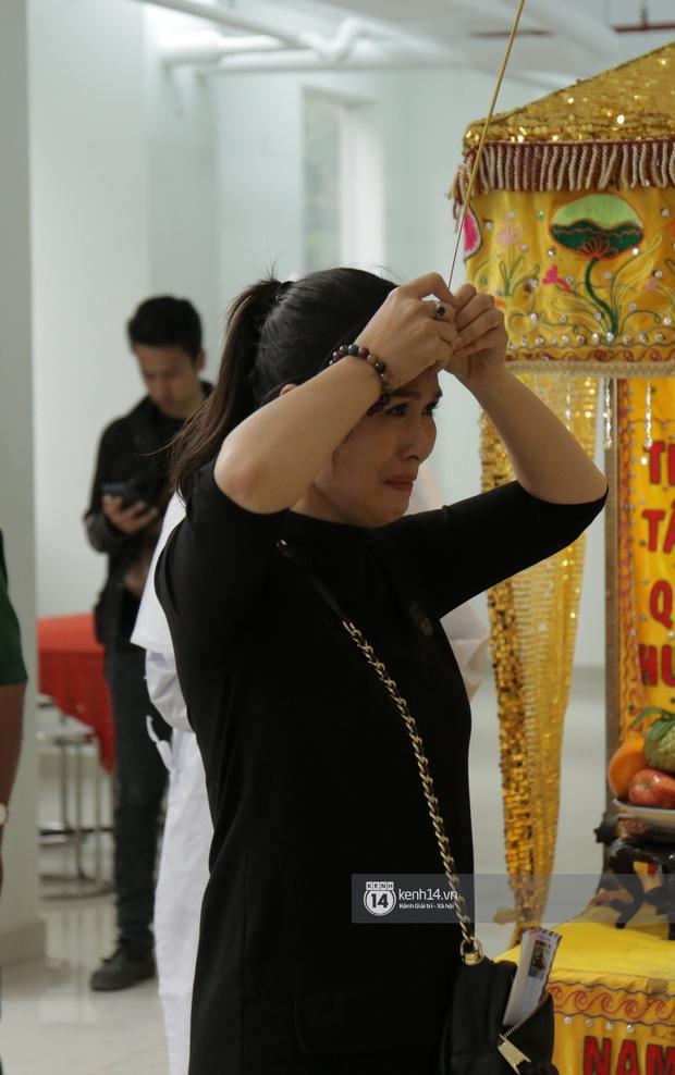 MC Quyền Linh và bạn bè đồng nghiệp có mặt từ sớm tiễn biệt cố nghệ sĩ Nguyễn Chánh Tín - Ảnh 3.