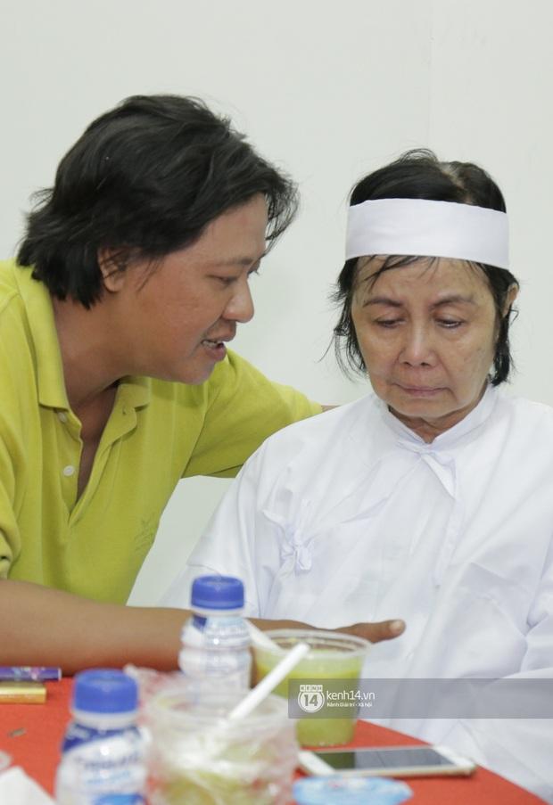 MC Quyền Linh và bạn bè đồng nghiệp có mặt từ sớm tiễn biệt cố nghệ sĩ Nguyễn Chánh Tín - Ảnh 8.