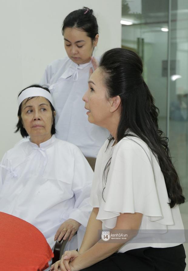 MC Quyền Linh và bạn bè đồng nghiệp có mặt từ sớm tiễn biệt cố nghệ sĩ Nguyễn Chánh Tín - Ảnh 11.
