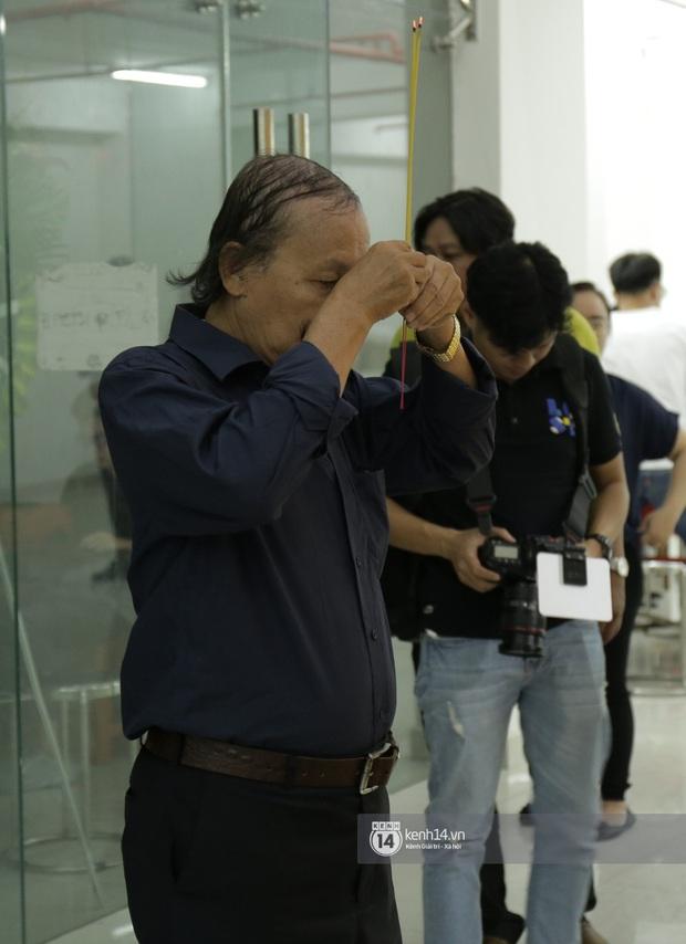 MC Quyền Linh và bạn bè đồng nghiệp có mặt từ sớm tiễn biệt cố nghệ sĩ Nguyễn Chánh Tín - Ảnh 13.