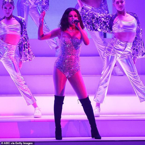 Selena Gomez dạo này: Một thời body mướt mắt nay lại trúng lời nguyền, nhưng càng lên cân càng được khen hết lời - Ảnh 5.