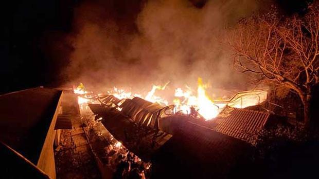 Nguyên nhân bất ngờ vụ cháy xưởng bông rộng hàng nghìn m2 ở vùng ven Sài Gòn - Ảnh 1.