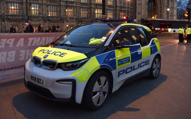 Hài hước cảnh sát Anh: Chi hàng triệu USD mua xe điện bảo vệ môi trường, mỗi tội bắt cướp phải... chờ sạc pin - Ảnh 2.