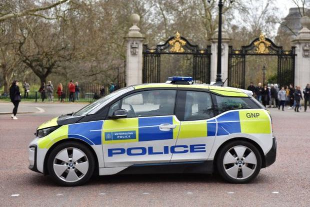 Hài hước cảnh sát Anh: Chi hàng triệu USD mua xe điện bảo vệ môi trường, mỗi tội bắt cướp phải... chờ sạc pin - Ảnh 1.
